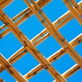 le Maroc soustraient le toit en bambou dans le ciel bleu de l'Afrique Image stock