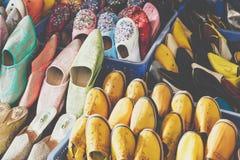 Le Marocain coloré chausse l'alignement dans une boutique Chaussures orientales dans a Photographie stock libre de droits