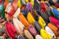 Le Marocain coloré chausse l'alignement dans une boutique Chaussures orientales dans a Photos stock