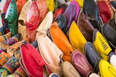 Le Marocain coloré chausse l'alignement dans une boutique Chaussures orientales dans a Photos libres de droits