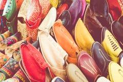 Le Marocain coloré chausse l'alignement dans une boutique Chaussures orientales dans a Photographie stock