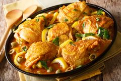 Le Marocain a cuit le poulet avec des citrons, des oignons, des épices et l'ol vert images stock