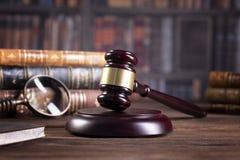 Le marteau du juge en bois et les livres de loi avec le traitement des lois, des questions juridiques, ou des cas photographie stock