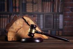 Le marteau du juge en bois et les livres de loi avec le traitement des lois, des questions juridiques, ou des cas images stock