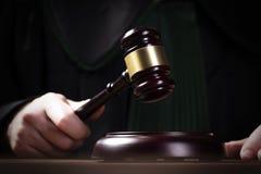 Le marteau du juge en bois et les livres de loi avec le traitement des lois, des questions juridiques, ou des cas image stock