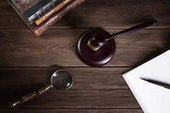 Le marteau du juge en bois et les livres de loi avec le traitement des lois, des questions juridiques, ou des cas images libres de droits