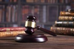 Le marteau du juge en bois et les livres de loi avec le traitement des lois, des questions juridiques, ou des cas photo libre de droits
