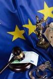 Le marteau du juge sur une pile de 100 euros Images libres de droits