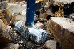 Le marteau en acier démolissent des briques Photographie stock