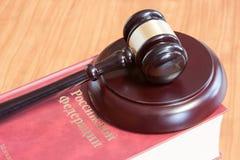 Le marteau et les codes des lois juridiques images stock