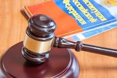 Le marteau et les codes des lois juridiques s'étendent sur une table photographie stock