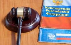 Le marteau et les codes des lois juridiques s'étendent sur une table image libre de droits