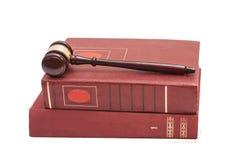 Le marteau et les livres juridiques du juge sur le fond blanc Photo libre de droits