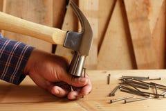 Le marteau frappant le doigt ne frappent pas des ongles image stock