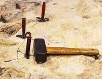 Le marteau se trouve sur la pierre Images libres de droits