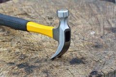 Le marteau sur le fond en bois Photos libres de droits