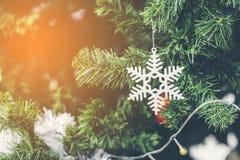 Le MAS du ` X tiennent le premier rôle la décoration sur l'arbre de Noël Photographie stock