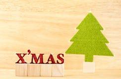 Le MAS rouge de ` de x expriment avec l'arbre de Noël vert dans la chambre en bois, vacances Photographie stock