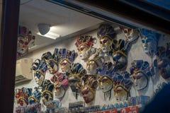 Le maschere del carnevale di Venezia hanno appeso in un negozio immagine stock
