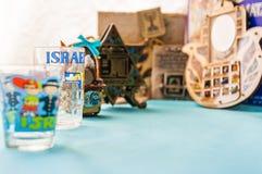 Le mascotte tradizionali ebree dei ricordi di attributi hanno messo sulla tavola Fotografie Stock Libere da Diritti