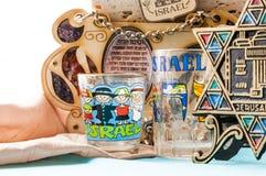 Le mascotte tradizionali ebree dei ricordi di attributi hanno messo sulla tavola Immagine Stock