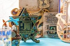 Le mascotte tradizionali ebree dei ricordi di attributi hanno messo sulla tavola Fotografia Stock