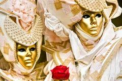 Le masque d'or avec le rouge a monté. Photo libre de droits