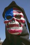 Le masque de mort avec un indicateur américain de la moissonneuse sinistre chez George W Bush et l'anti-Amérique protestent dans  Photographie stock