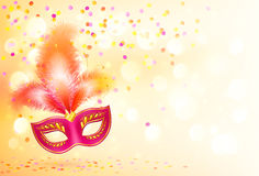 Le masque rouge de carnaval avec des plumes sur le bokeh s'allume Image stock