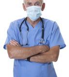 Le masque s'usant de docteur aîné et frotte Photographie stock