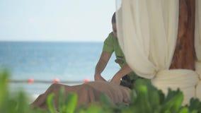 Le massage ajourne la plage clips vidéos