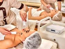 Le massage de corps de l'argent a fileté des gants au salon de beauté photographie stock