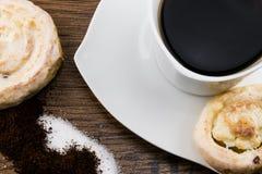 Le massepain durcit avec une tasse de café Image stock