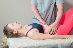 Le masseur visc?ral manuel masculin de th?rapeute soigne un jeune patient f?minin ?ditez les organes internes et l'?limination de image libre de droits