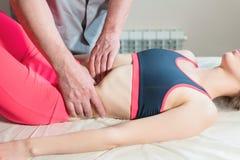 Le masseur visc?ral manuel masculin de th?rapeute soigne un jeune patient f?minin ?ditez les organes internes et l'?limination de photos stock