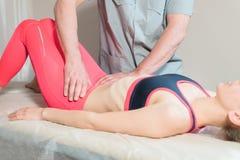 Le masseur visc?ral manuel masculin de th?rapeute soigne un jeune patient f?minin ?ditez les organes internes et l'?limination de image stock