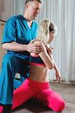 Le masseur visc?ral manuel masculin de th?rapeute soigne un jeune patient f?minin E photo libre de droits