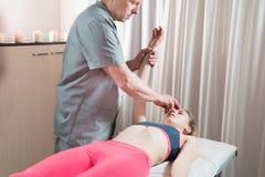 Le masseur visc?ral manuel masculin de th?rapeute soigne un jeune patient f?minin Travail avec le subconscient pour indiquer des  photo stock