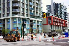 Le matériel de construction sur une route a fermé la rue de ville Photographie stock
