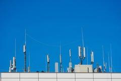 Le matériel de transmission sur un dessus de toit image stock