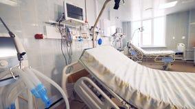 Le matériel médical pour des patients est lit d'hôpital proche dans la chambre de secours banque de vidéos