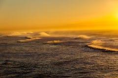 Le matin d'océan ondule le paysage de couleur Images libres de droits