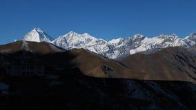 Le matin dans Muktinath, la vue de Dhaulagiri et le Tukuche font une pointe Photographie stock