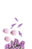 Le matin de Madame avec des macarons et le mauve fleurit la maquette blanche de vue supérieure de fond Photo libre de droits