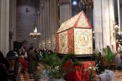 Le matin de Pâques, les gens prient devant la tombe du ` s de Dieu dans la cathédrale de Zagreb Image libre de droits
