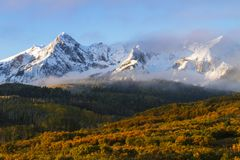 Le matin Sun ouvre une brèche les nuages au-dessus du San Juan Mountains dans C images libres de droits