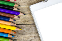 Le matite colorano e Smart Phone su fondo di legno fotografia stock