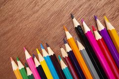Le matite colorate hanno sistemato ordinatamente immagini stock libere da diritti