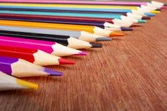 Le matite colorate hanno sistemato ordinatamente immagine stock libera da diritti