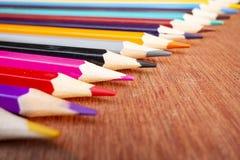 Le matite colorate hanno sistemato ordinatamente fotografia stock